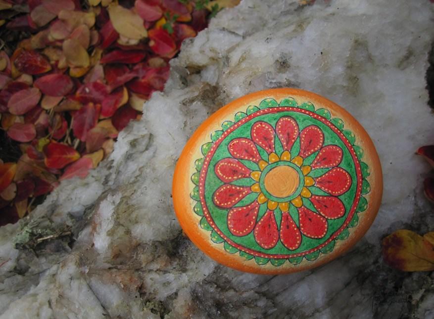 piedra-mandala-plumas-pinceladas_conscientes